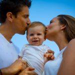 Portrait de famille en lifestyle plein d'émotion à Six Fours les Plages